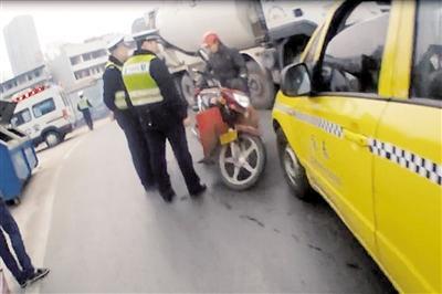 男子酒驾摔倒赖出租车 欲讹人百元反被罚千元