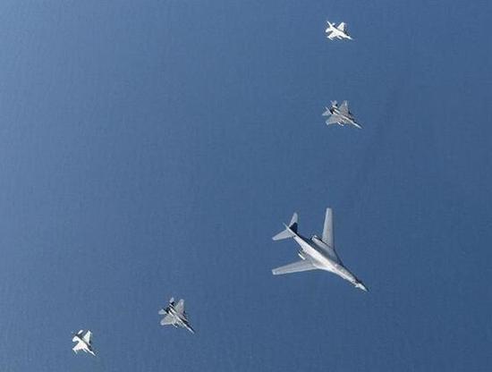 美军B-1轰炸机分别与日韩战机实施联合训练