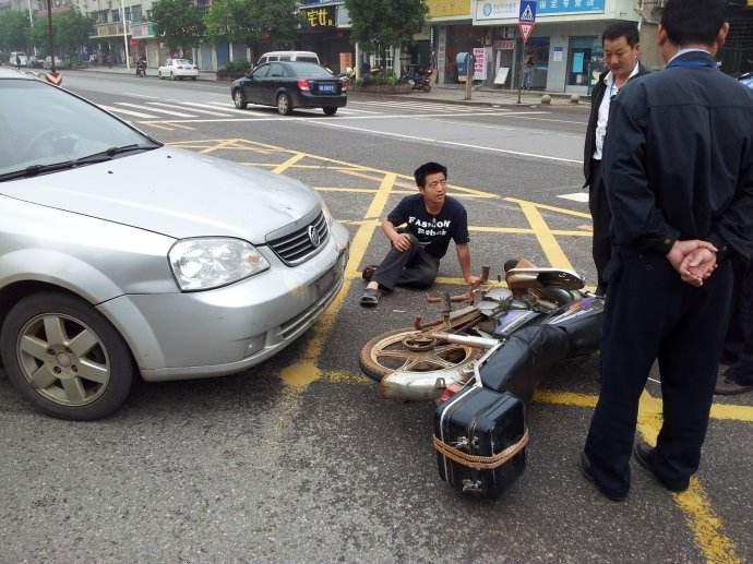 男子被车撞后获赔 几个月撞汽车