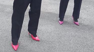 美国男警察穿粉色高跟鞋巡逻呼吁人们关注性侵犯