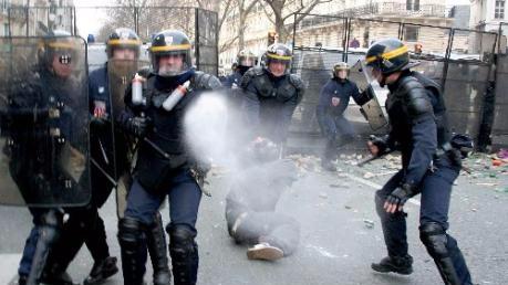 巴黎城郊爆发大规模抗议行动 警方用催泪瓦斯赶人