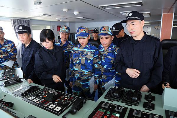 中越海警执法人员互相参观执法舰艇