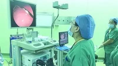 9月大婴儿误吞手帕上的别针 胃镜发现针口还是开着的!