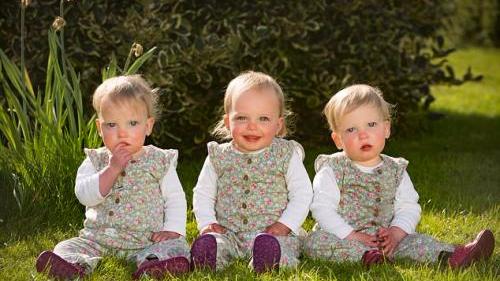 """英国女子""""复孕""""诞三胞胎 罕见现象成全球首例"""
