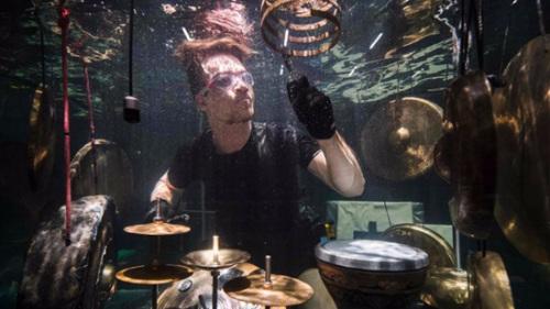 世界前所未有:丹麦乐手水中呈献精彩音乐会