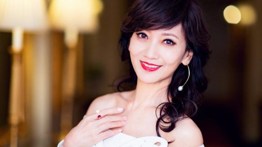 62岁赵雅芝秀香肩 真的是美了一辈子