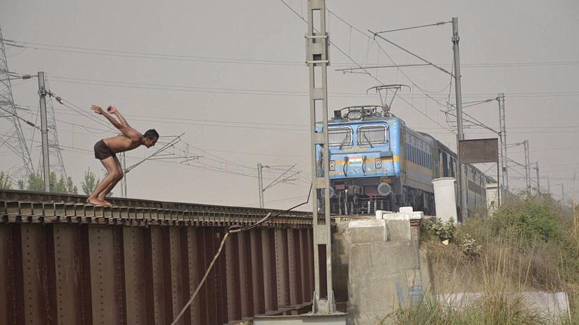 """在疾驰的火车前跳水 印度青少年冒生命危险玩""""死亡特技"""""""