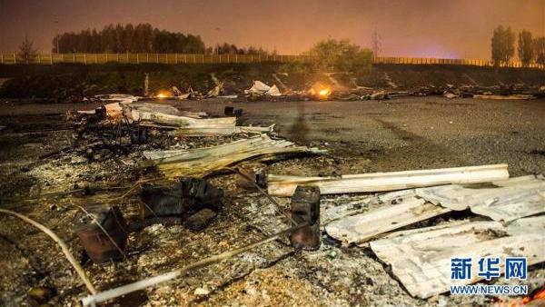法国一难民营发生火灾 满地狼藉