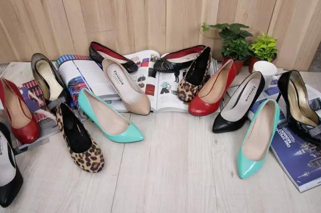 51岁男子瞒老婆偷少妇高跟鞋自己穿 只为