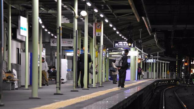 日本两名高龄老妇手牵手跳轨自杀 或为两姐妹(图)