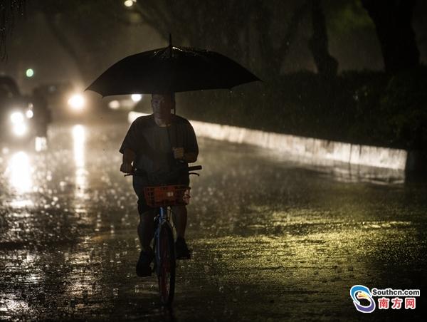 广州市区迎来强降雨