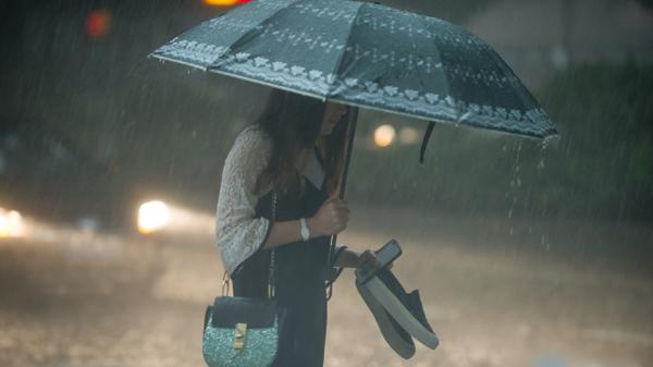 广州多地遭受强降雨 各区暴雨预警信号正生效