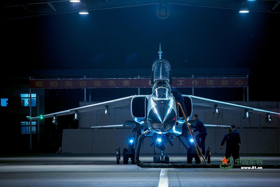 """高清:""""飞豹""""战机夜间出击 高标准进行战术训练"""