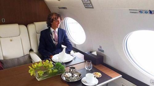 英国小哥坐飞机头等舱就是工作