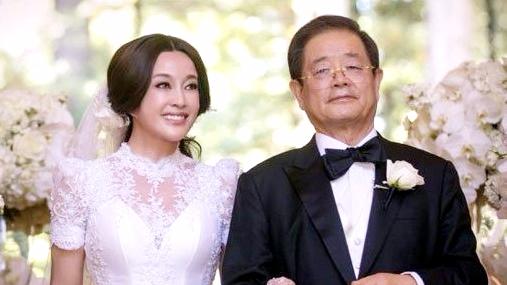 刘晓庆美国结婚_刘晓庆与老公重游结婚地 情侣装超甜蜜