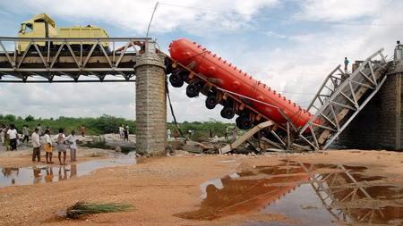 印度民众桥上围观自杀致桥梁坍塌 1死30失踪