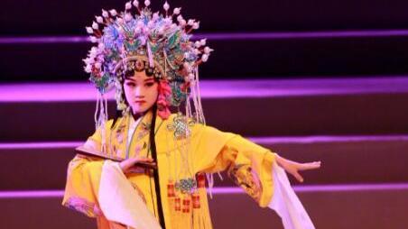 陆毅女儿贝儿表演京剧 戴凤冠舞水袖超有范儿