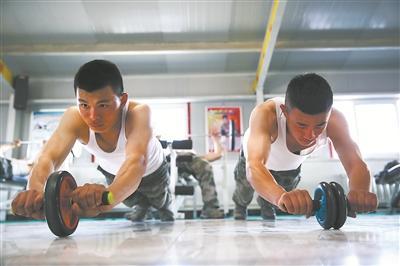 陆军某旅纠正体能训练 军营型男秀出肌肉群