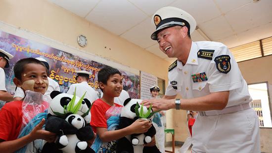 中国海军远航访问编队慰问仰光丁茵孤儿院