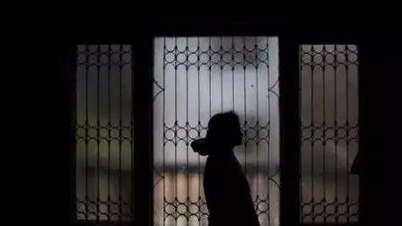 中国留学生在印度遭老师骚扰:从额头一直亲到脖子