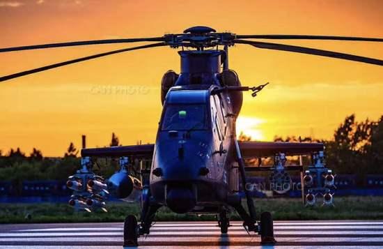18日上午,由中国航空工业集团公司自主研制的直-19E(Z-19E)出口型武装直升机在哈飞机场首飞成功。 直-19E是中国航空工业哈飞生产的一款针对出口市场的轻型专用武装直升机,2015年9月8日首次公开亮相。该型机对标国际先进,具有在全天候、复杂战场环境和野战保障条件下遂行对地攻击、对地火力支援和对空作战等多种任务能力,具备卓越的作战性能。近三年来,相继在第3届中国天津国际直升机博览会、第14届迪拜国际航展、第11届中国国际航空航天博 会上展出, 引发业界广泛关注。 直-19E中文别名鸢 ,是取其