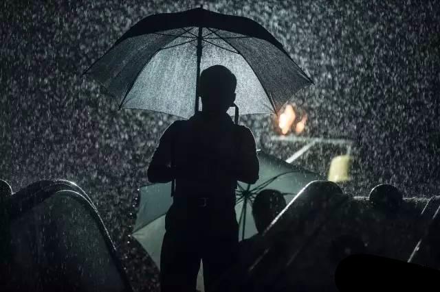 想回家却叫不到车 实拍暴雨夜中的广州人
