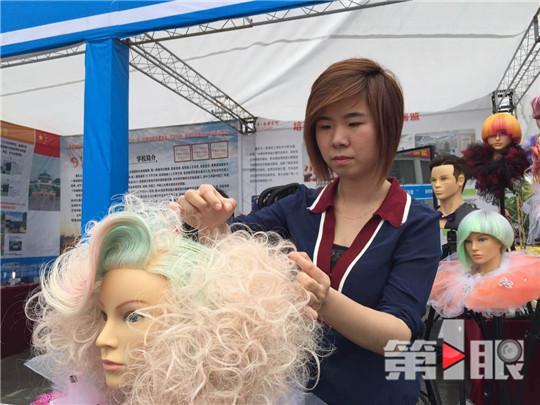 厉害了!23岁姑娘剪发剪成副教授 享受国务院津贴