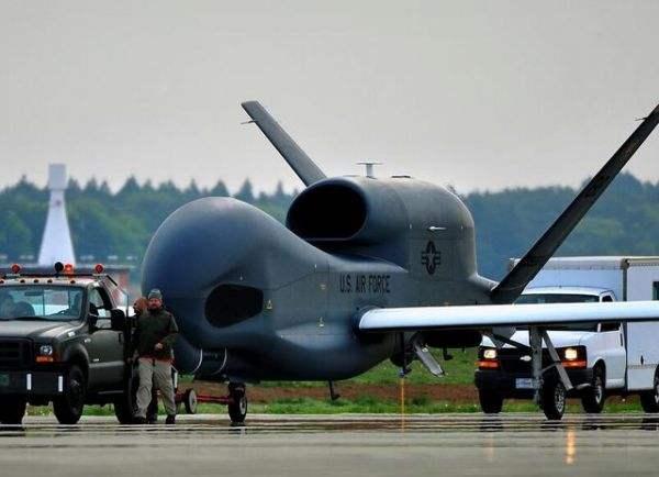 """美军罕见展示驻日""""全球鹰"""" 2架搭载最先进雷达"""