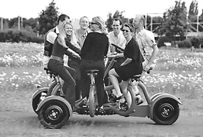 国外兴起7人郊游脚踏车 边骑边聊天还能开个会