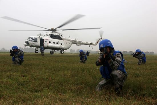 中国首支维和直升机分队备战:实弹射击 野外迫降