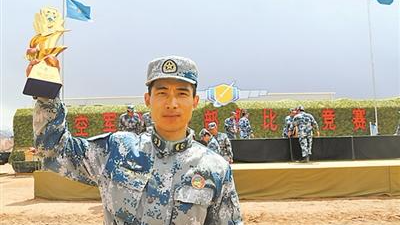 中国空军尖兵开着几十吨重十几米长特种车玩漂移