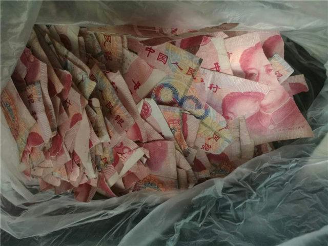 心痛!青岛5岁孩子玩耍 把5万现金撕成碎片
