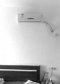男子清洗空调发现内藏摄像头 正对床中间位置