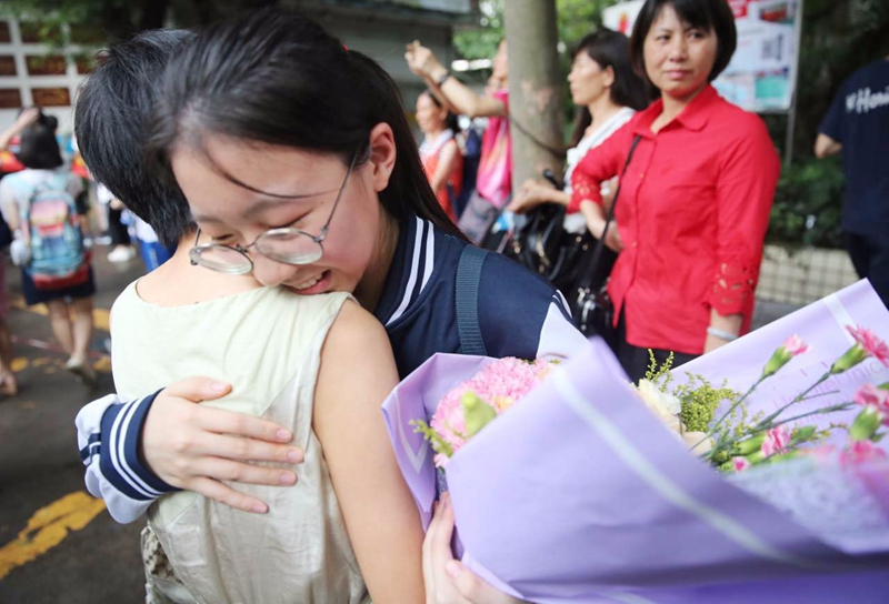 考铃一响高考结束 同学手捧鲜花自拍合影欢庆