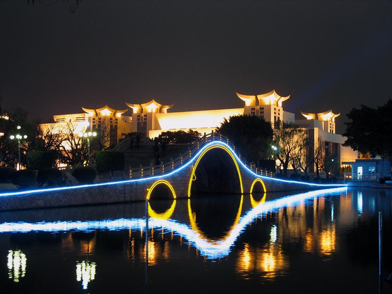 """扬州瘦西湖开启夏日夜游 五亭桥畔看""""大月亮"""""""