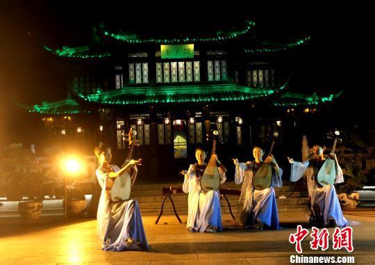 图为夜游瘦西湖,在熙春台欣赏清曲《扬州月》。 崔佳明 摄