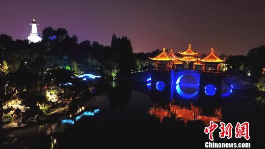 """图为夜游瘦西湖,五亭桥畔看""""大月亮""""。 孟德龙 摄"""