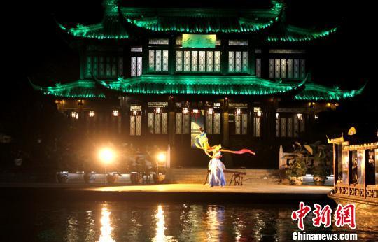 图为夜游瘦西湖,观看木偶《茉莉花》表演。 崔佳明 摄