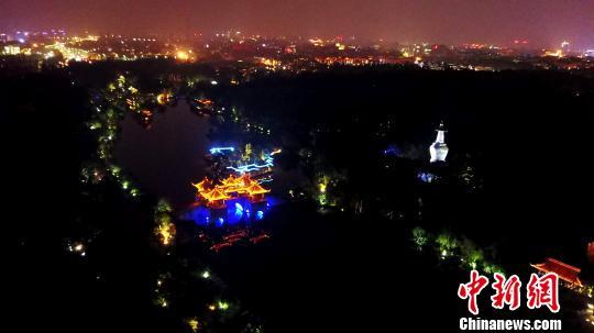 图为俯瞰瘦西湖夜景。 孟德龙 摄