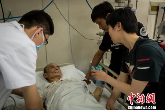 """""""刚从县医院转过来的时候,老人神志不清、失语、生活不能自理,头部受伤比较严重,既有损伤,又有积液。情况还是很危险的,而且手术风险太高。""""李向城的郭姓主管医生介绍。 范丽芳摄"""