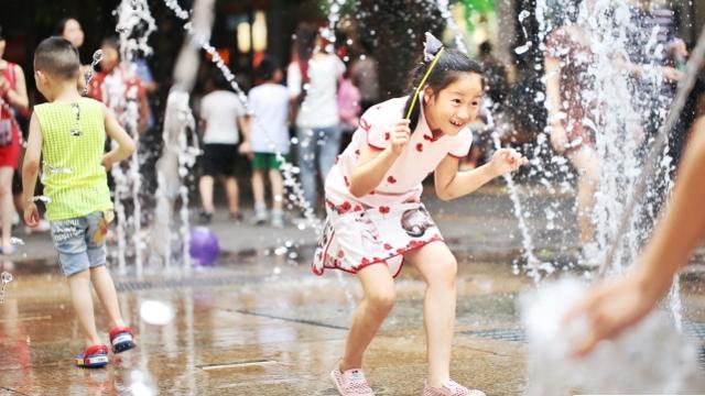夏日高温模式来袭 街坊们开启大招消暑纳凉