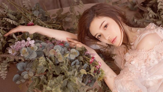 葛天晒超美写真皮肤雪白 蕾丝纱裙花草围绕仙气十足