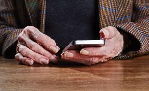 银发族爱上智能手机、老人机遭嫌弃,催生老年人手机培训班