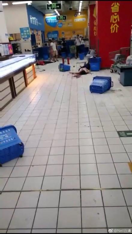 深圳警方:沃尔玛超市1名男子持刀伤人 致2死9伤