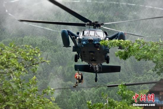 日本当局紧急疏散居民,有多达45万人已离家避难。日本自卫队、警察和消防等投入约一万人,全面展开搜救。图为自卫队直升机在福冈地区参与救援工作。