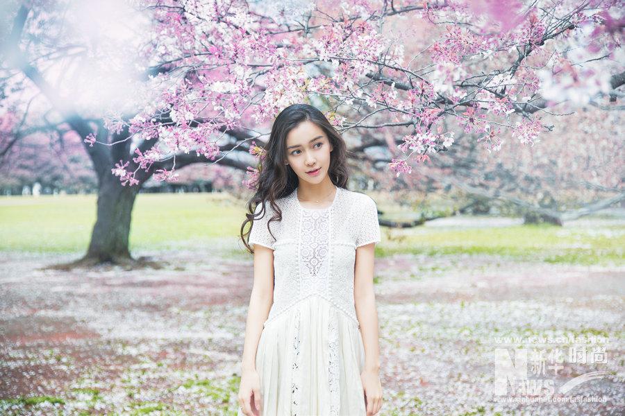 夏天总穿白色太单调?Angelababy白裙穿出清新感