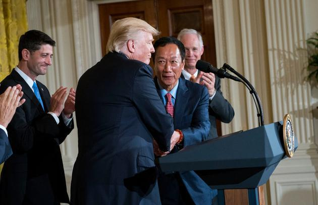 郭台铭携特朗普公告:富士康将在美建厂 投100亿美元