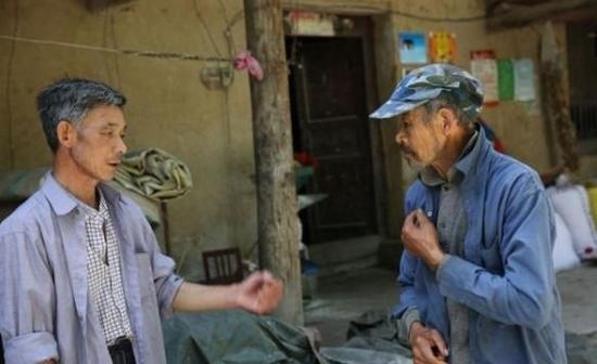男子照顾智障哥哥40年:他是父亲留给我的唯一财产