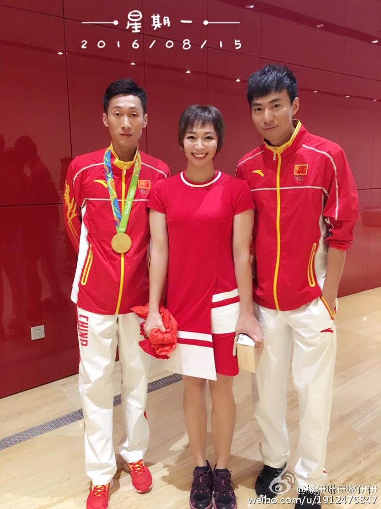 杨伊琳在里约奥运会期间与竞走奥运冠军王镇和陈定合影。