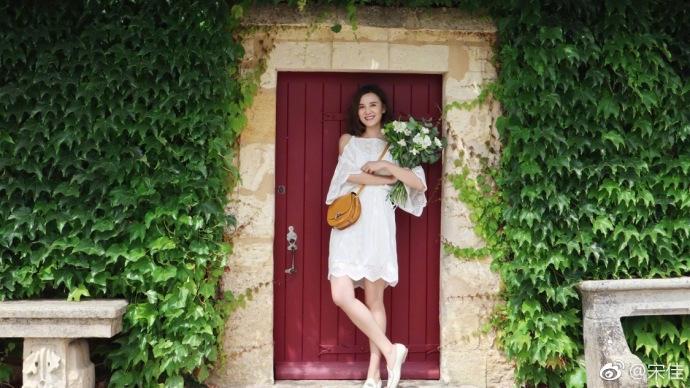 宋佳身穿白色连衣裙演绎夏日小清新 手捧鲜花仙气十足